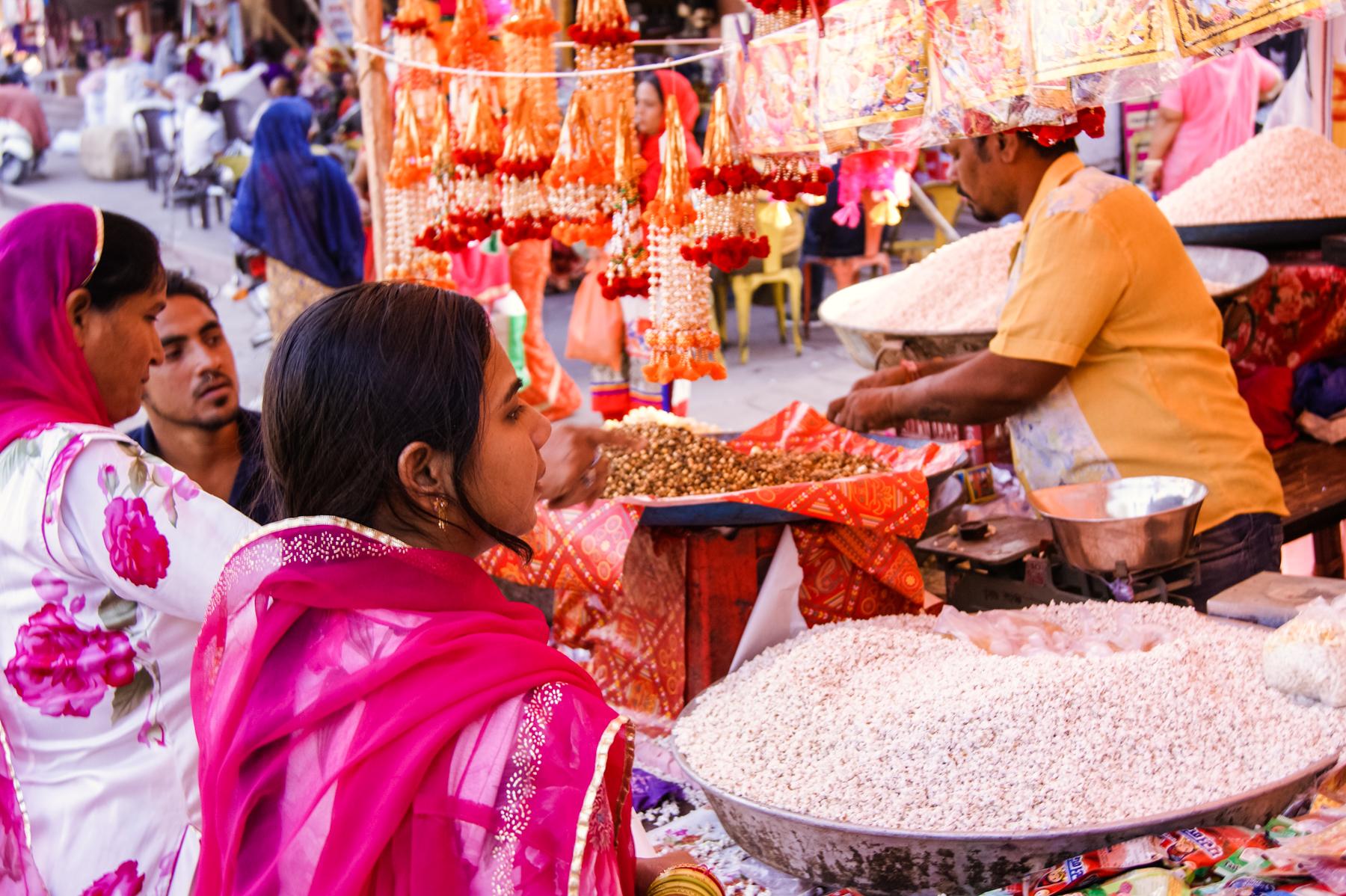 Mujeres comprando en el bazar de Jodhpur